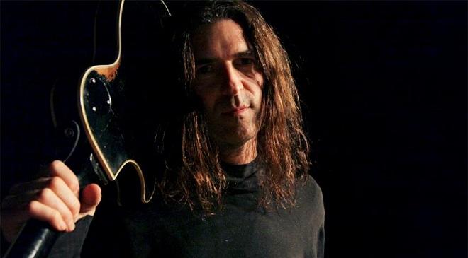 Бывший гитарист Оззи и Farmikos в клипе.