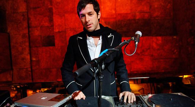 Mark Ronson с кавером собственной песни.