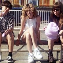Беззаботный рок от женского трио 'The Courtneys'.