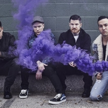 Вокалист Fall Out Boy поет в гробу!