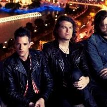 Brandon Flowers снялся в серебристом пиджаке в новом видеоклипе The Killers.